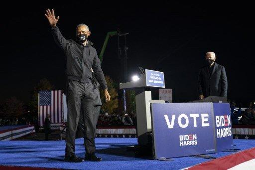 버락 오바마 전 미국 대통령(왼쪽)이 10월 31일(현지시간) 조 바이든 미국 민주당 대선후보와 함께 가진 미시건주 디트로이트 드라이브인 유세에서 손을 흔들고 있다./사진=AFP