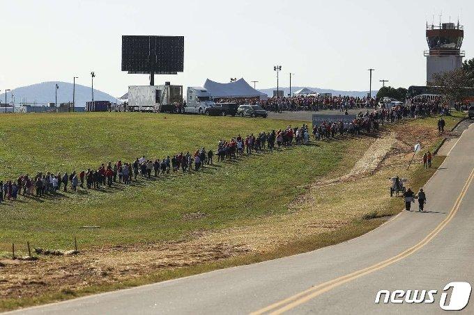[사진] 트럼프 집회 입장 기다리는 노스캐롤라이나 주민들
