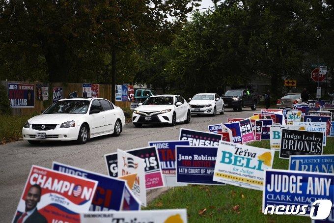 미국 텍사스주 휴스턴에서 차량들이 드라이브스루 투표소에서 줄을 서고 있다. © 로이터=뉴스1