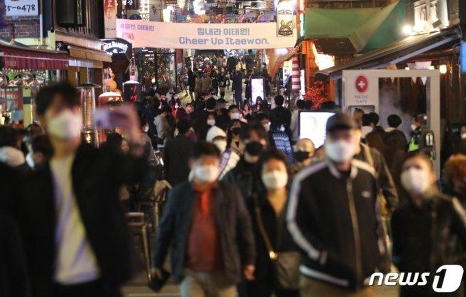 (서울=뉴스1) 허경 기자 = 핼러윈 데이인 31일 저녁 서울 용산구 이태원동 일대를 찾은 시민들로 북적이고 있다. 2020.10.31/뉴스1