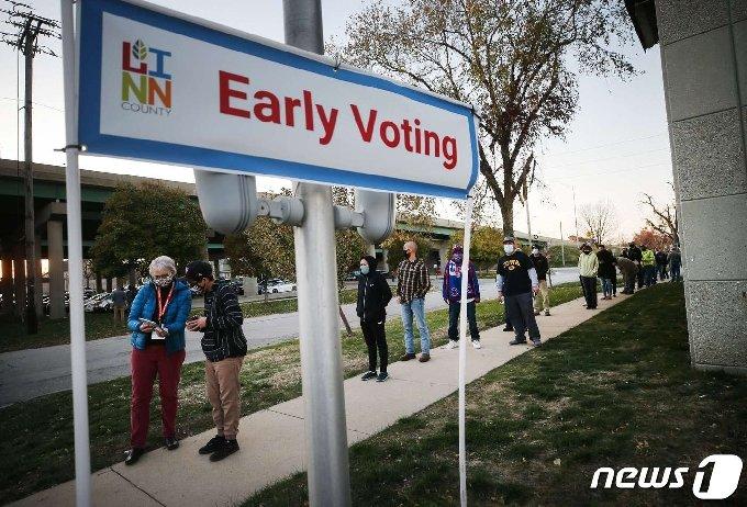 미국 대선 사전투표 마지막 날인 2일(현지시간) 유권자들이 투표를 하기 위해 아이오와주 시더래피즈에 설치된 사전투표소 앞에서 줄 지어 기다리고 있다. © AFP=뉴스1