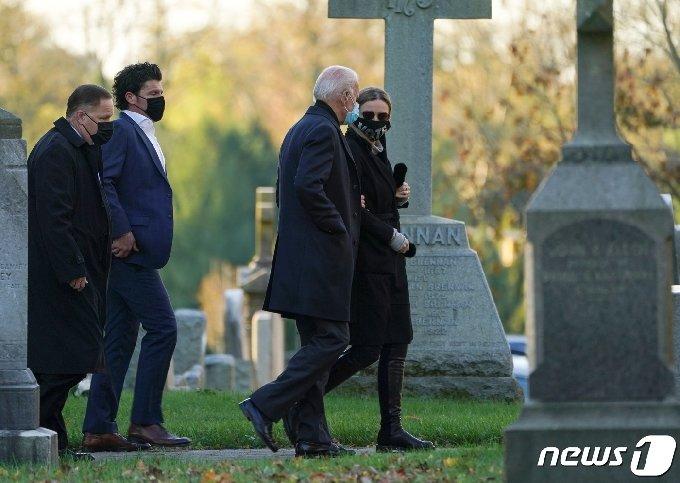 조 바이든 민주당 후보와 손녀 피네건이 3일(현지시간) 델라웨어주 윌밍턴의 한 교회를 찾았다. © 로이터=뉴스1