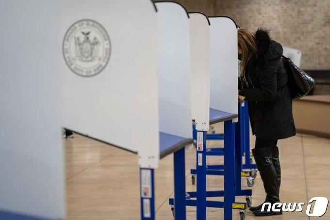3일(현지시간) 미국 뉴욕에서 한 유권자가 투표를 하고 있다. © AFP=뉴스1