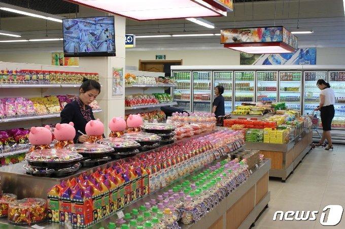 2019년 새로 단장해 문을 연 대성백화점 1층 슈퍼마켓에서 평양시민들이 물건을 고르고 있다. (사진 제공: 평화경제연구소)© 뉴스1