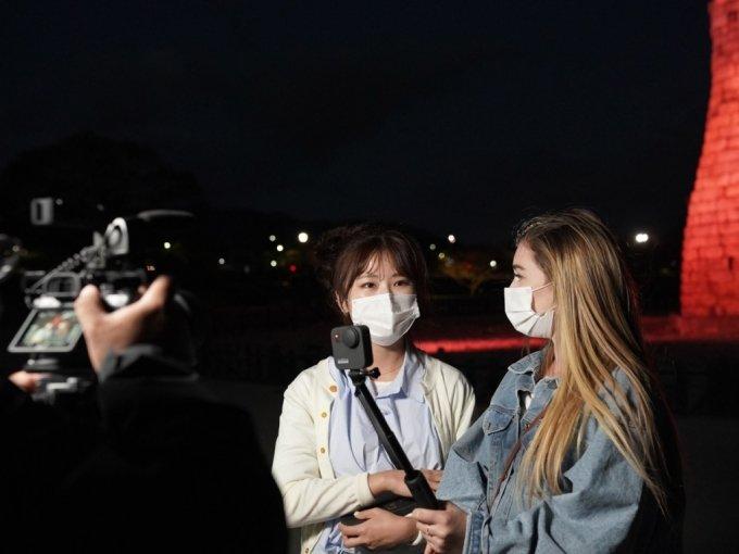 한국에서 활동하는 미국 유튜버 애드리안 힐의 경주 여행 영상 촬영 장면. /사진=한국관광공사