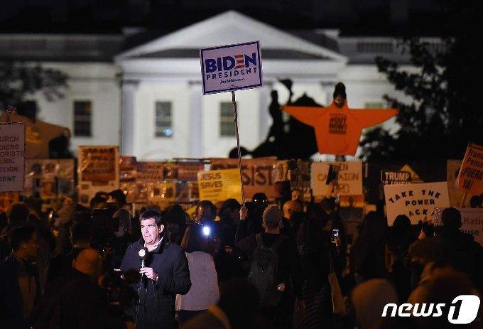 미국 대통령선거일인 3일(현지시간) 오후 백악관 인근 'BLM플라자'에서 조 바이든 민주당 후보의 승리를 염원하는 지지자들의 집회가 열리고 있다. © AFP=뉴스1