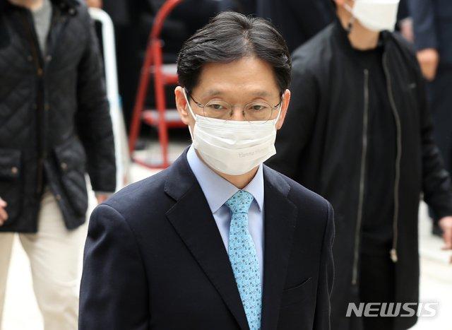 '드루킹 댓글조작'에 공모한 혐의를 받는 김경수 경남도지사가 항소심 선고 공판에 출석하기 위해 6일 서울 서초구 서울고등법원으로 향하고 있다. / 사진제공=뉴시스