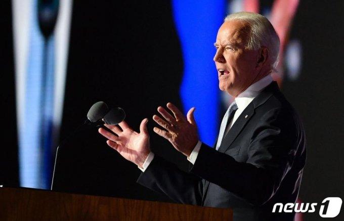 """조 바이든 미국 대통령 당선인이 7일(현지시간) 델라웨어주 윌밍턴에서 가진 대선 승리 연설에서 """"미국을 전 세계에서 존경받는 나라로 다시 만들겠다""""고 밝히고 있다./사진=(윌밍턴 AFP=뉴스1)"""