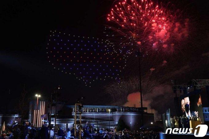 조 바이든 미국 대통령 당선인과 가족들이 7일(현지시간) 델라웨어주 윌밍턴에서 대선 승리 연설을 마치고 불꽃놀이를 보고 있다./사진=(윌밍턴 AFP=뉴스1)