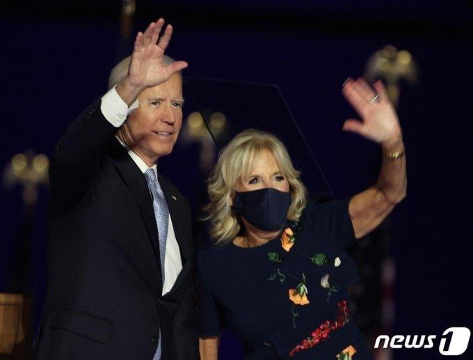 조 바이든 미국 대통령 당선인이 7일(현지시간) 델라웨어주 윌밍턴에서 대선 승리 연설을 한 뒤 부인 질 바이든 여사와 손을 흔들고 있다./사진=(윌밍턴 AFP=뉴스1)