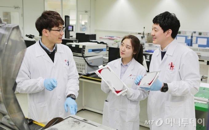 LG화학 전기차 배터리 R&D(연구개발) 연구원들이 배터리 연구결과에 대해 의견을 나누고 있다. /사진제공=LG