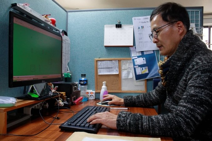 7일 서울 중구 신당동에서 만난 김이전 패턴스튜디오 대표가 의류 패턴작업에 대해 설명하고 있다 /사진=고석용 기자