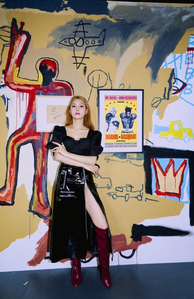 앤디 워홀과 바스키아가 콜라보레이션(협업)한 1980년대 작품 'Untitled'(무제). 두 거장 앞에서 박규리는 당당하거나 혹은 냉정하거나, 고혹적인 매력을 어김없이 발산한다. 박규리는 이번 화보에서 팝아트 작가 5명을 섹션화해 작품에 걸맞은 패션과 뷰티를 완성했다. /사진제공=박규리