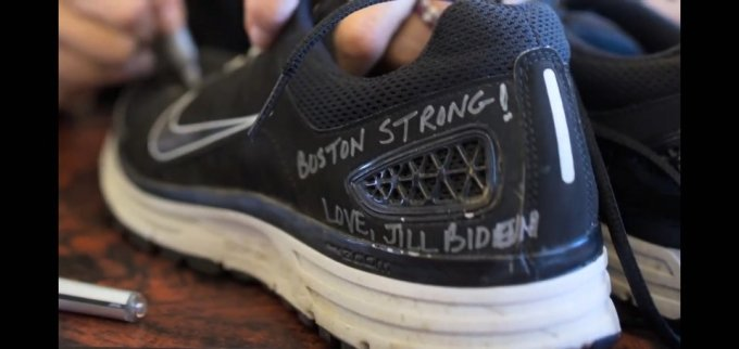 질 바이든 여사가 보스턴마라톤 희생자를 추모하며 헌화한 운동화/사진=백악관 유튜브 캡쳐