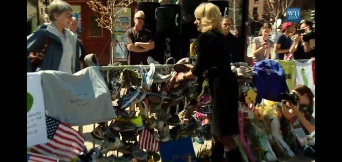질 바이든 여사가 2013년 4월25일 보스턴 마라톤 테러 희생자를 추모하기 위해 자신의 런닝화를 걸고 있다/사진=백악관 유튜브 캡쳐
