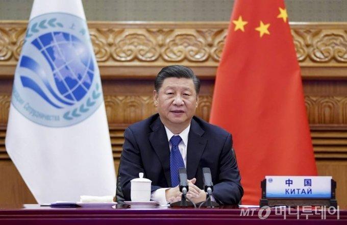 """[베이징=신화/뉴시스]시진핑 중국 국가주석이 10일 중국 베이징에서 열린 제20차 상하이협력기구(SCO) 정상회의에 참석해 화상 연설을 하고 있다. 시진핑 주석은 이 자리에서 """"다자주의가 일방주의를 이긴다는 것은 역사가 증명했고 앞으로도 계속 증명할 것""""이라고 밝혔다. 2020.11.11."""