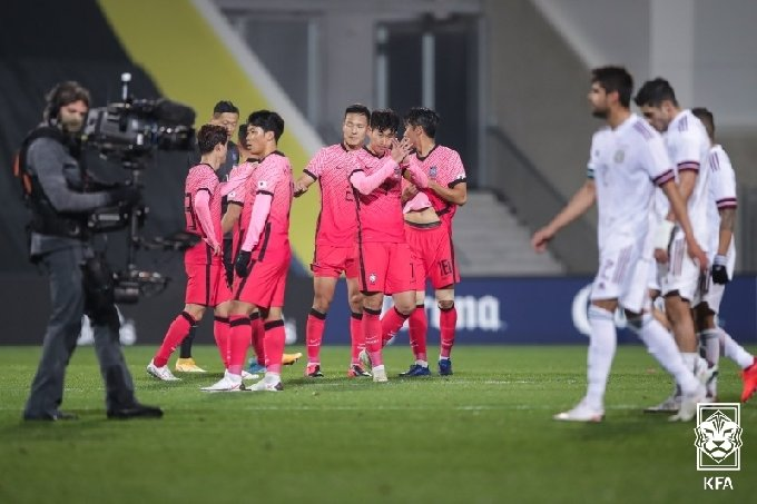 경기 종료 후 손흥민을 비롯해 한국 선수들이 인사를 나누고 있다. /사진=대한축구협회 제공