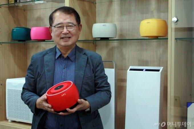 김승진 에이피씨테크 대표가 머니투데이와의 인터뷰에서 자사 공기정화기 'AC-10'에 대해 소개하고 있다 /사진=고석용 기자