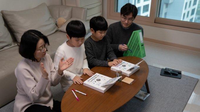 대림그룹 직원 가족이 가정에서 디뮤지엄 미술 창작 키트로 사운드아트 작품을 만들고 있는 모습/사진=대림산업