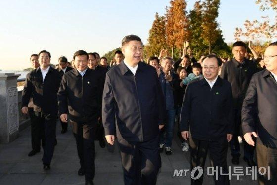 [난퉁=신화/뉴시스]시진핑 중국 국가주석이 12일 중국 동부 장쑤성 난퉁시 양쯔강 부근에서 양쯔강 해안 환경 개선과 어업 정책 등을 점검하고 있다. 시 주석은 상하이 푸둥 개발 및 개항 30주년 기념식에 참석한 뒤 장쑤성을 방문했다. 2020.11.13.
