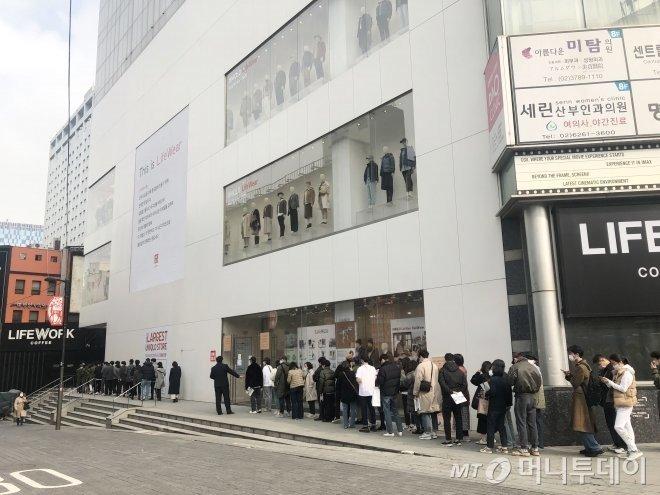 지난 13일 서울 중구 유니클로 명동중앙점에서 +J를 사려는 손님들이 천천히 줄을 서서 매장으로 진입하고 있다/사진=오정은 기자