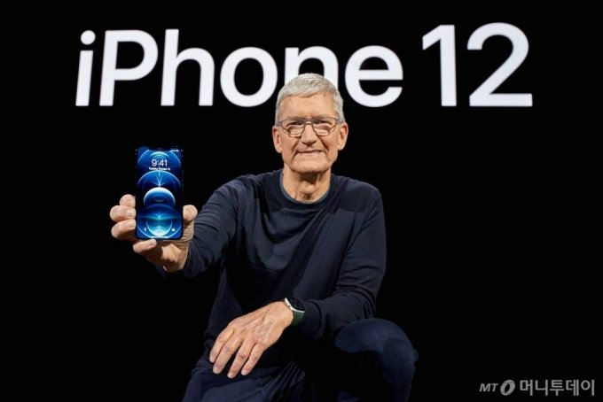 Apple CEO Tim Cook poses with the all-new iPhone 12 Pro at Apple Park in Cupertino, California, U.S. in a photo released October 13, 2020. Brooks Kraft/Apple Inc./Handout via REUTERS NO RESALES. NO ARCHIVES. THIS IMAGE HAS BEEN SUPPLIED BY A THIRD PARTY. TPX IMAGES OF THE DAY팀 쿡 애플 최고경영자가 13일(현지시간) 미국 캘리포니아 주 쿠퍼티노 애플파크에서 신형 '아이폰12'를 들고 포즈를 취하고 있다. / 사진제공=로이터 뉴스1