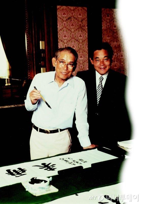 이건희 삼성그룹 회장이 25일 서울 일원동 서울삼성병원에서 별세했다. 사진은 1980년 고(故) 이병철 선대 회장(왼쪽)과 함께 있는 이건희 삼성전자 회장. /사진제공=삼성전자