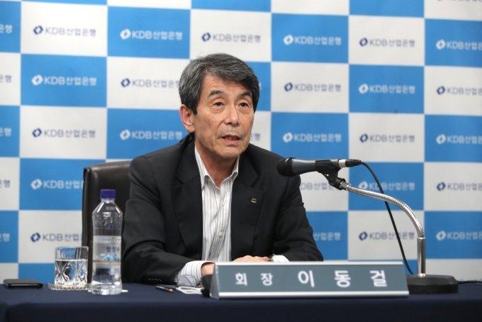 이동걸 KDB산업은행 회장이 19일 온라인 기자간담회에서 발언하고 있다./사진제공=산은