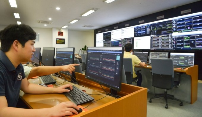 SK(주)C&C 판교 클라우드 데이터센터에서 직원들이 고객사의 IT시스템 운영상황을 모니터링하고있다./사진=SKC&C