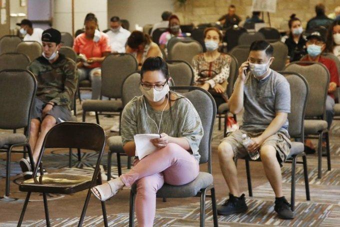 미국에서 실업수당 청구를 위해 대기 중인 사람들