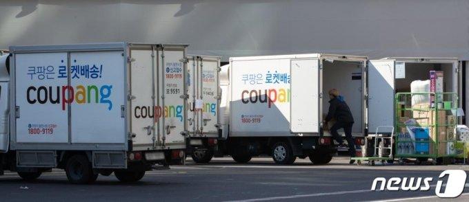 (서울=뉴스1) 이재명 기자 = 사진은 16일 오전 서울 시내의 쿠팡 캠프에서 배송 기사들이 배송준비 작업을 하고 있다. 2020.3.16/뉴스1