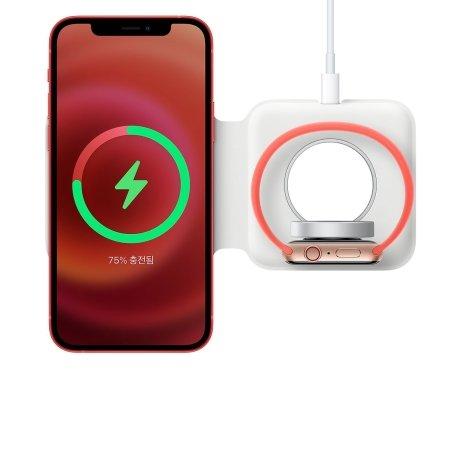 애플 무선 충전기 '맥세이프 듀오'를 이용해 아이폰12와 애플워치를 동시에 충전하는 모습 /사진=애플