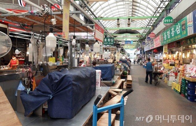 코로나19 재확산으로 확진자가 급증하고 있는 가운데 서울 종로구 광장시장이 한산한 모습을 보이고 있다. / 사진=이기범 기자 leekb@