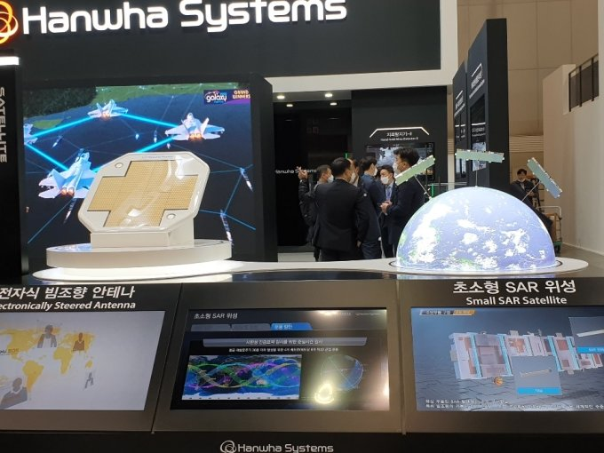 한화시스템의 전자식 빔조향 안테나와 초소형 SAR 위성/사진=최민경 기자