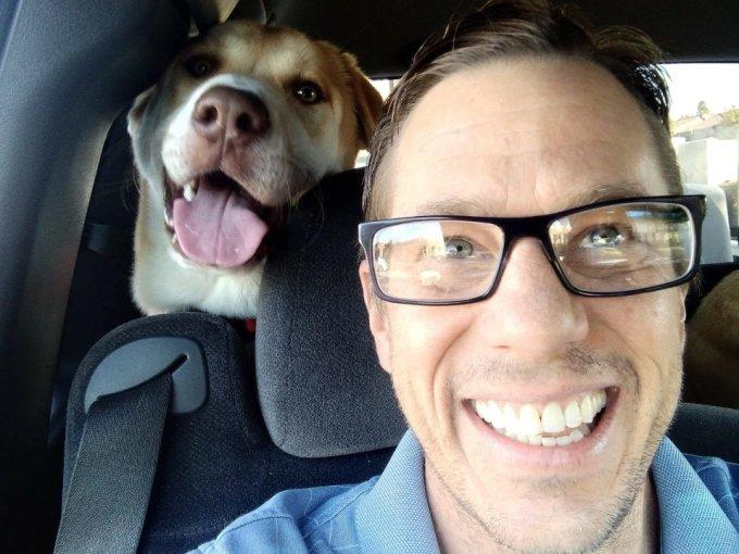 미국에 도착한 안소니와 레이건을 이동 시켜주는 봉사자. 새 보호자를 만나러 가는 길, 안소니가 웃는다, 이제서야./사진=롯데목장 개살리기 시민모임