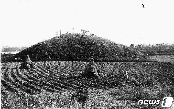 일제강점기 때 일본 학자들이 발굴하면서 촬영한 경신리1호무덤의 모습. (국립중앙박물관 제공) 2020.11.21.© 뉴스1