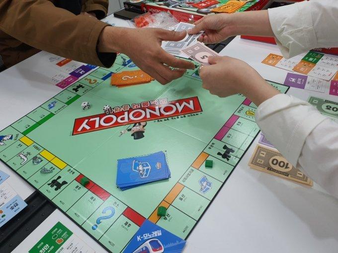 K-부동산을 플레이하는 모습. 플레이어끼리 땅의 가격을 책정해 교환할 수 있다. 보드에는 각 플레이어가 세운 건물, 말 등의 모습이 있다. /사진=머니투데이