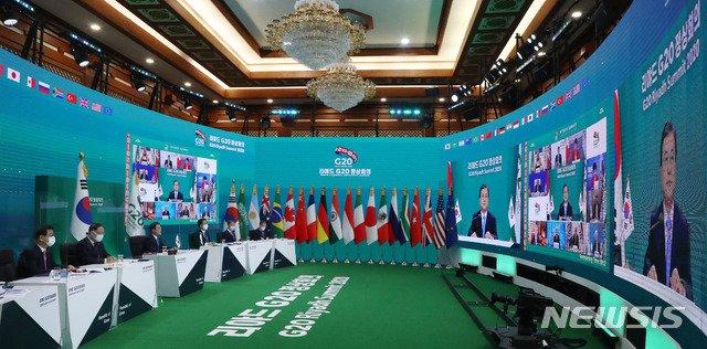 [서울=뉴시스]추상철 기자 = 문재인 대통령이 21일 청와대에서 G20 화상 정상회의(1일차)에 참석해 발언하고 있다. 2020.11.21. scchoo@newsis.com