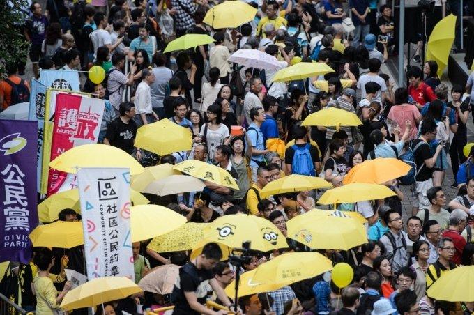 노란우산을 쓴 홍콩 시위대 모습. /AFPBBNews=뉴스1
