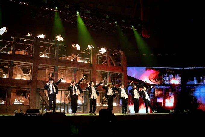 그룹 방탄소년단(BTS)이 10일 오후 온라인 생중계로 진행된 콘서트 '맵 오브 더 솔 원'(MAP OF THE SOUL ONE)에서 화려한 무대를 펼치고 있다. /사진제공=빅히트엔터테인먼트