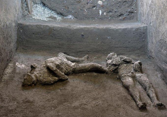 고대 도시 폼페이에서 발견된 두 남성의 유해. /사진=로이터/뉴스1