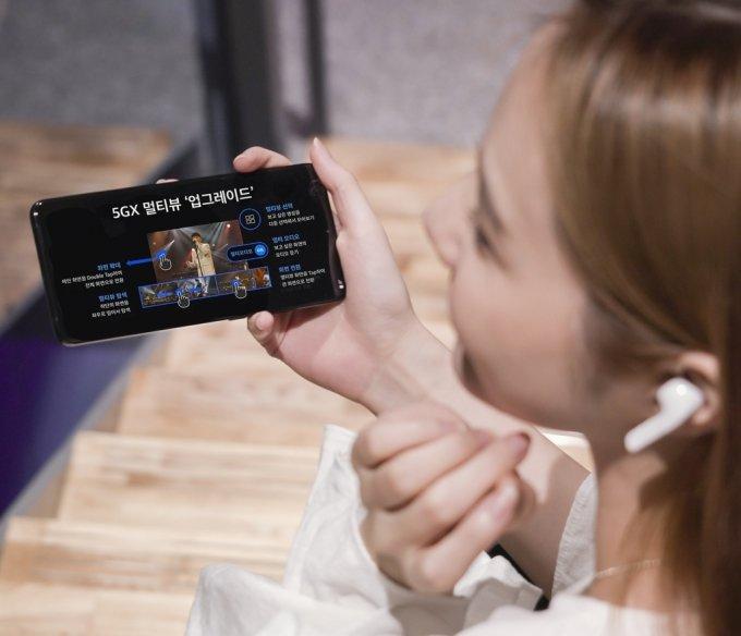 SK텔레콤 홍보모델이 OTT서비스 '웨이브(WAVVE)의 '5GX 멀티뷰 2.0' 서비스를 소개하고 있다. /사진제공=SK텔레콤