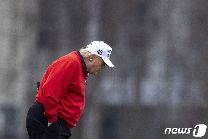도널드 트럼프 미국 대통령이 21일(현지시간) 버지니아주 스털링 소내 트럼프 내셔널 골프클럽에서 골프를 즐기고 있다. © AFP=뉴스1