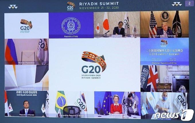 21일(현지시간)열린 주요 20개국(G20) 화상 정상회의. 화면 오른쪽 상단에 도널드 트럼프 미국 대통령이 발언하는 모습이 보인다. © AFP=뉴스1
