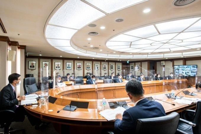 한국수출입은행(이하 수은)이 지난 20일 오후 여의도 본점에서 '경영전략회의'를 개최하고 수출 6000억달러 탈환을 위한 수은의 역할 강화 방안과 디지털 혁신 방안, ESG확산을 통한 사회적 가치 창출 등을 논의했다. 코로나19(COVID-19) 확산 방지를 위해 화상으로 진행된 이날 회의에서 방문규 수은 행장(사진 왼쪽 첫번째)이 발언하고 있다./사진제공=수은