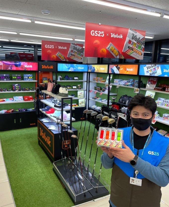 GS리테일이 운영하는 편의점 GS25 직원이 골프용품 매대앞에서 상품을 들고 있는 모습. /사진=GS리테일