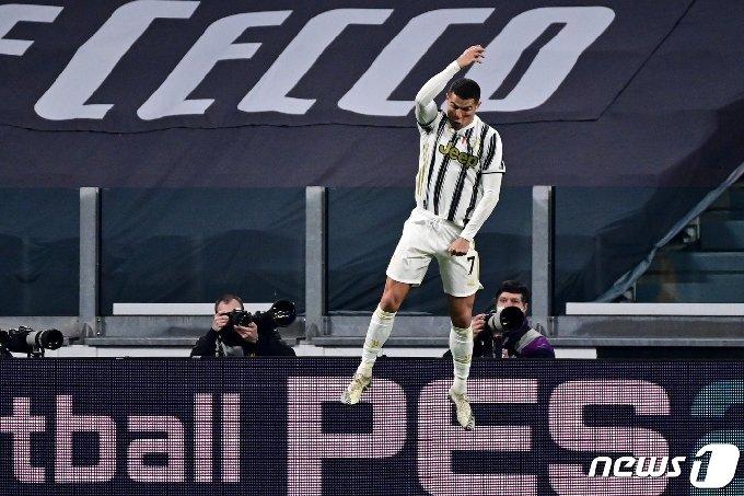 크리스티아누 호날두가 22일(한국시간) 칼리아리전에서 득점을 성공시킨 뒤 특유의 세리머리를 하고 있다. © AFP=뉴스1