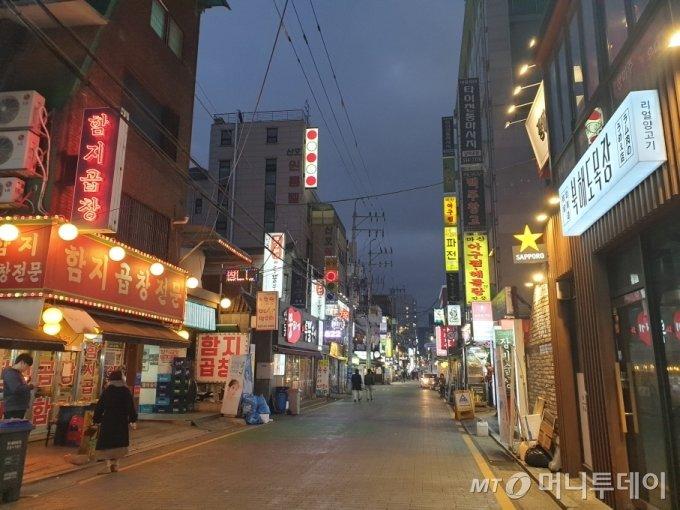 지난 20일 오후 서울 지하철 7호선 논현역 인근 식당들이 밀집한 '논현동 먹자골목'/사진=이영민 기자