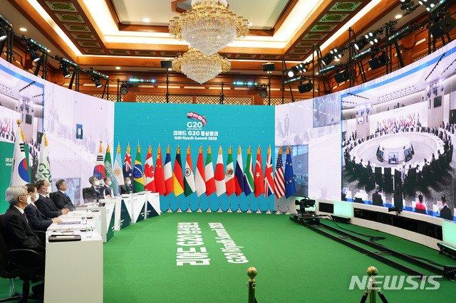 [서울=뉴시스]추상철 기자 = 문재인 대통령이 21일 청와대에서 G20 화상 정상회의(1일차)에 참석해 있다. 2020.11.21. scchoo@newsis.com