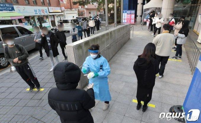 지난 21일 서울 동작구보건소 선별진료소가 검사를 받기 위한 시민들로 북적이고 있다./사진제공=뉴스1